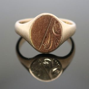 patterned and crested 9ct gold signet ring